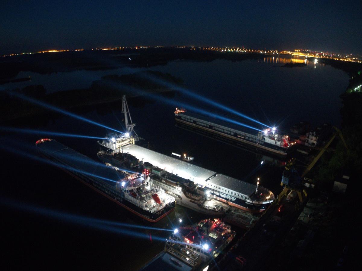 Пять сухогрузов устроили световое шоу на заводе «Красное Сормово» - фото 1