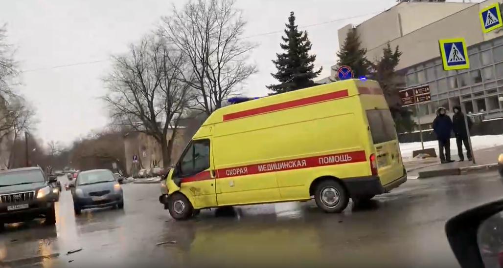 «Газель» и скорая помощь столкнулись рядом с нижегородским ТЮЗом - фото 1