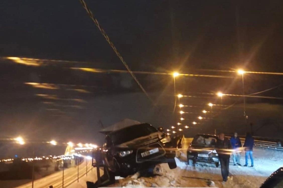 Автомобиль едва не вылетел с Борского моста - фото 1