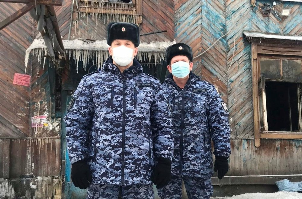 Нижегородские росгвардейцы спасли людей из горящего дома - фото 1