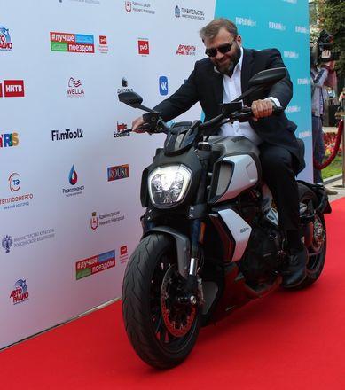Пореченков выехал на мотоцикле на красную дорожку «Горький fest» - фото 3