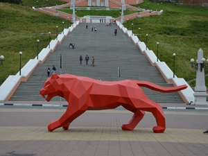 Полигонального красного тигра выгуляли у Чкаловской лестницы