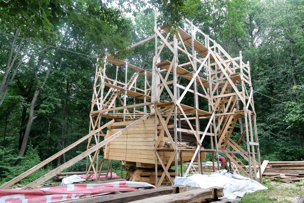Сруб реставрируемой мельницы-столбовки на Щелоковском хуторе готов на половину - фото 1
