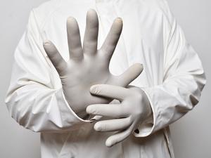 Стоит ли носить одноразовые перчатки, чтобы защититься от коронавируса