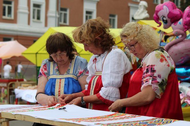 Нижегородцы вышили 25-метровый «Рушник дружбы» в День России - фото 22